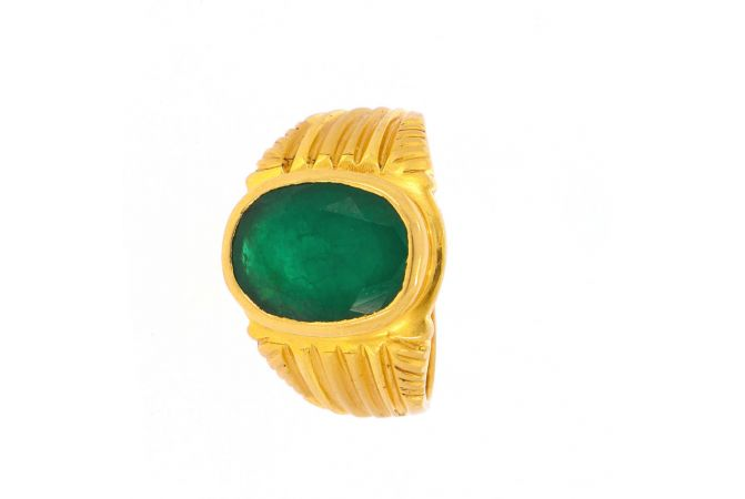 Glossy Finish Textured Oval Design With Studded Emerald Gold Ring